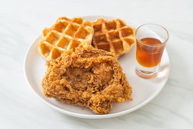꿀 또는 메이플 시럽을 곁들인 수제 프라이드 치킨 와플
