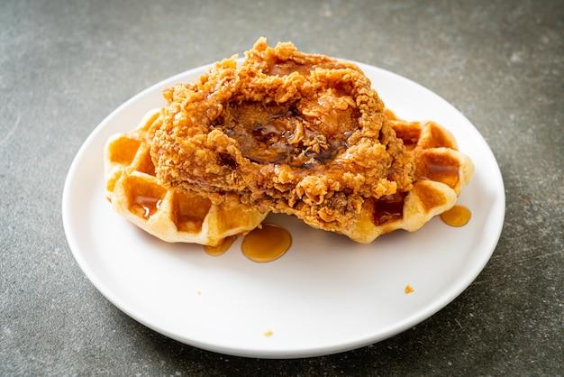 Домашние жареные куриные вафли с медом или кленовым сиропом