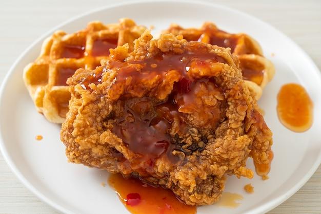 Домашний жареный цыпленок с вафлями и острым соусом