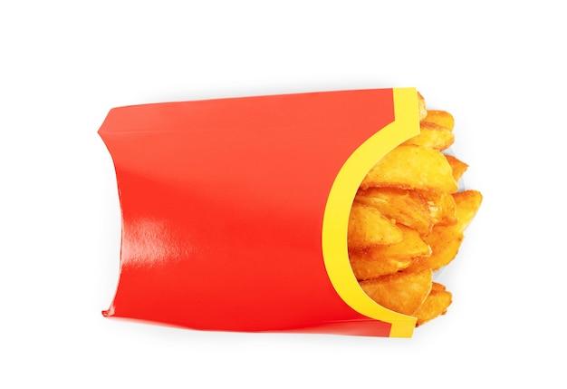 흰색 배경에 종이 포장에 향신료를 넣은 집에서 튀긴 감자