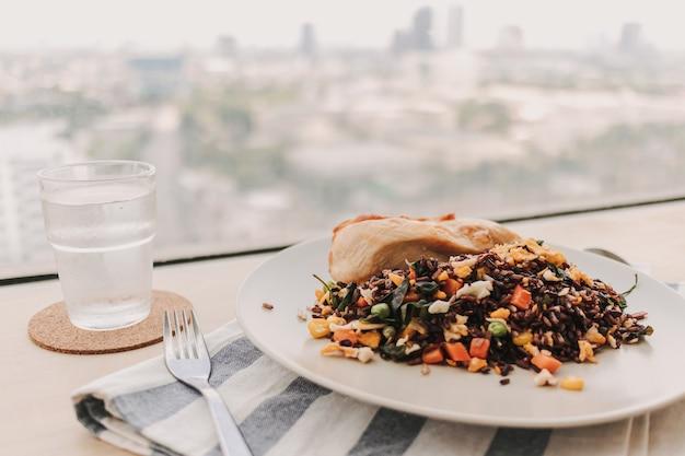 健康のためのダイエット食品の鶏胸肉コンセプトの自家製チャーハン