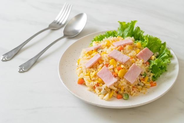 Домашний жареный рис с ветчиной и овощной смесью (морковь, стручковая фасоль, горох, морковь)
