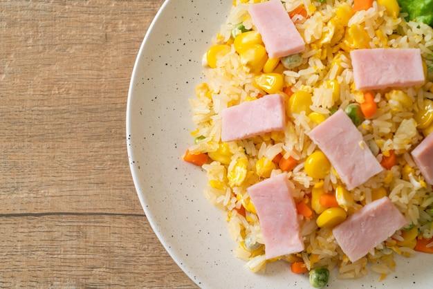 햄과 야채 혼합 (당근, 완두콩, 당근)을 곁들인 수제 볶음밥