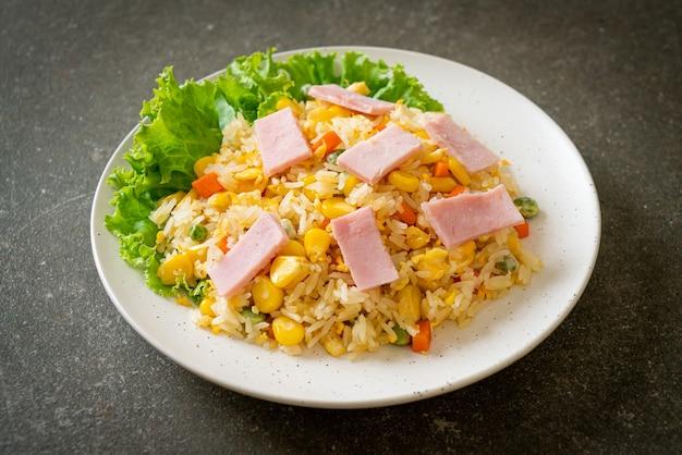 Домашний жареный рис с ветчиной и овощной смесью (морковь, стручковая фасоль, горошек, морковь)