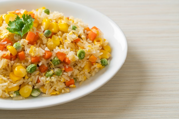 Домашний жареный рис с овощной смесью (морковь, стручковая фасоль, горох, кукуруза) и яйцом