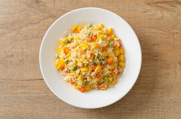 野菜(にんじん、いんげん、とうもろこし)と卵を混ぜた自家製チャーハン