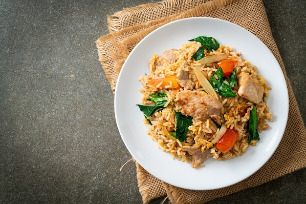 Домашний жареный рис со свининой на белой тарелке