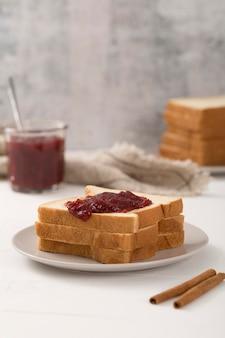 Burro di frutta fatto in casa e fette di pane tostato