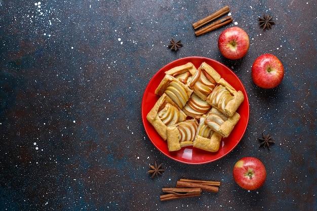 Домашний галет с яблоками и корицей