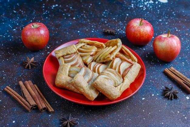 Домашний галет с яблоками и корицей.