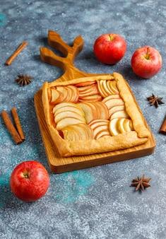 Galette fatta in casa con mele e cannella.