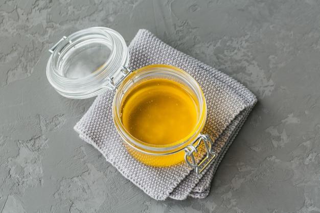 회색의 항아리에 직접 만든 기 또는 투명 버터. 평면도