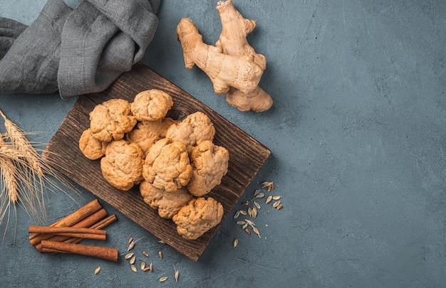 濃い灰色の背景に自家製生姜クッキー