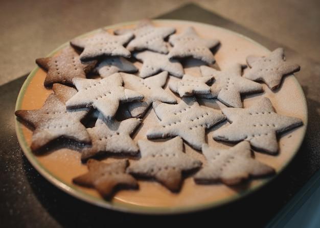 プレート上の自家製生姜クッキー