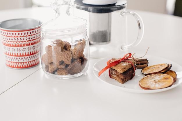 白いテーブルに自家製ジンジャークッキー。お茶を飲む準備
