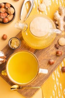 ガラスのティーポットに蜂蜜を入れた自家製ジンジャーティー