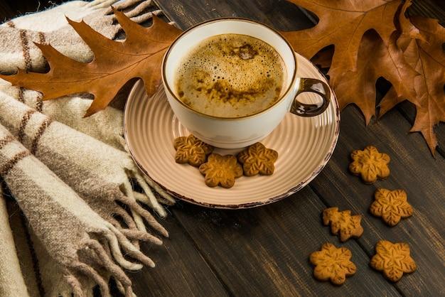 一杯のコーヒーと自家製ジンジャーブレッドクッキー
