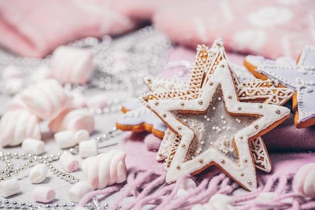 冬のスカーフのクリスマスのための自家製ジンジャーブレッド。