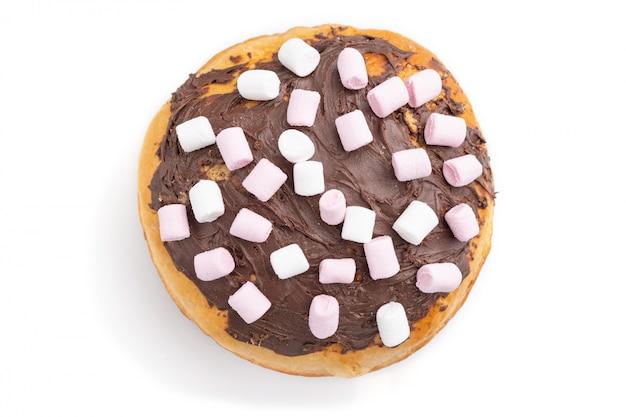 Домодельный застекленный и украшенный шоколадный пирог пасхи изолированный на белой предпосылке. вид сверху