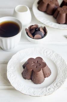 Домашний глазированный сырный творог с шоколадом и чашкой кофе