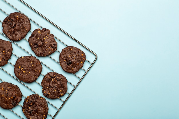 Homemade gluten-free chocolate chip cookies with cereals, nuts and organic cocoa. cookies and pastries from rye flour on a colored background. gluten free concept