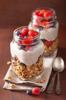 Домашний пудинг из мюсли и семян чиа с ягодным здоровым завтраком