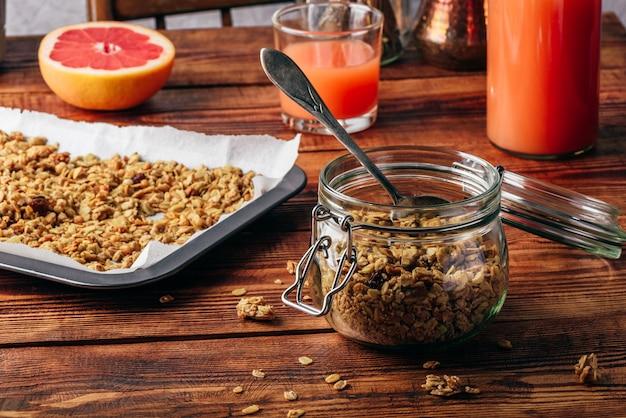 健康的な朝食のための瓶に入った自家製グラノーラ