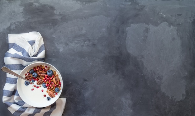 Домашние мюсли из мюсли с зернами граната, черникой, орехами пекан и йогуртом
