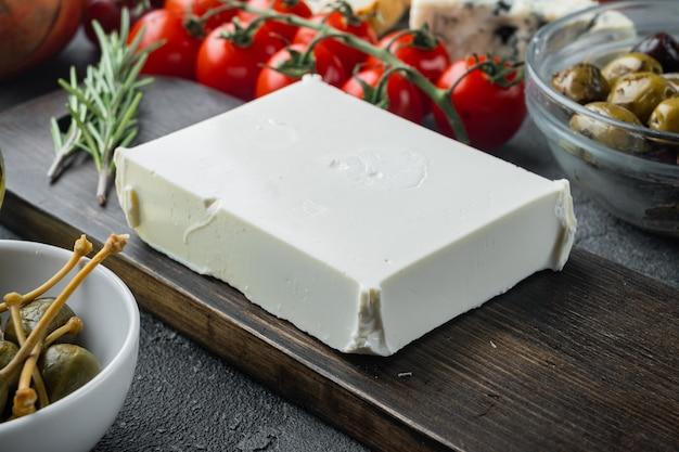 회색 배경에 집에서 만든 그리스 치즈 죽은 태아 세트