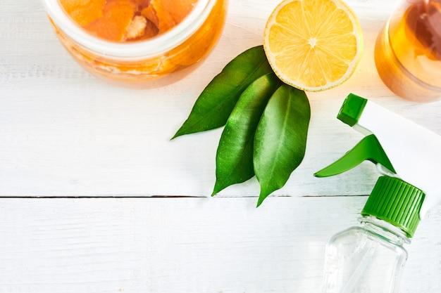 집에서 만든 녹색 청소. 레몬과 식초