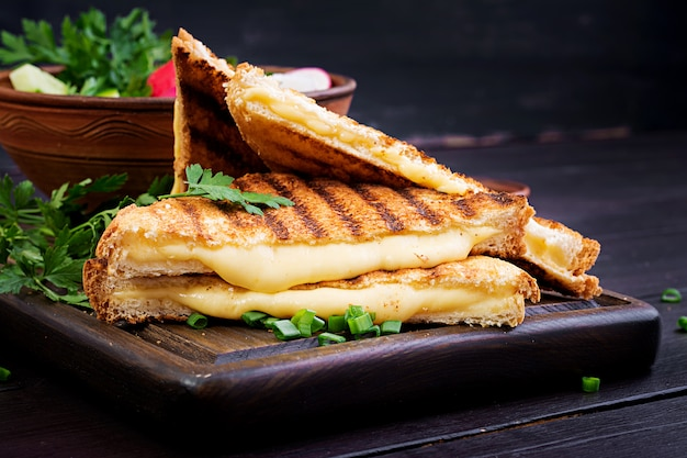 아침에 집에서 구운 치즈 샌드위치
