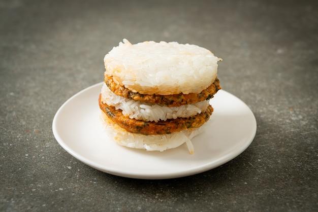 自家製スパイシーポークとハーブのもち米ハンバーガー焼き