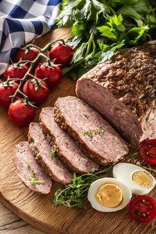 自家製挽き肉のミートローフ、卵、トマト、セロリ、ハーブ、タイム。