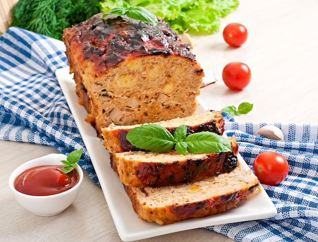 Домашний мясной рулет с кетчупом и базиликом