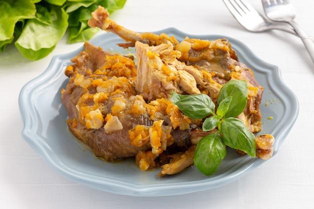 皿の上の肉汁と自家製ホロホロ鳥シチュー。