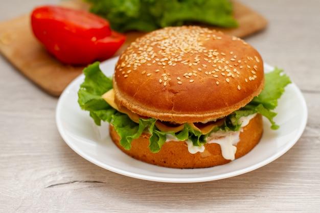 キッチンテーブルの上の白い皿に自家製ハンバーガー
