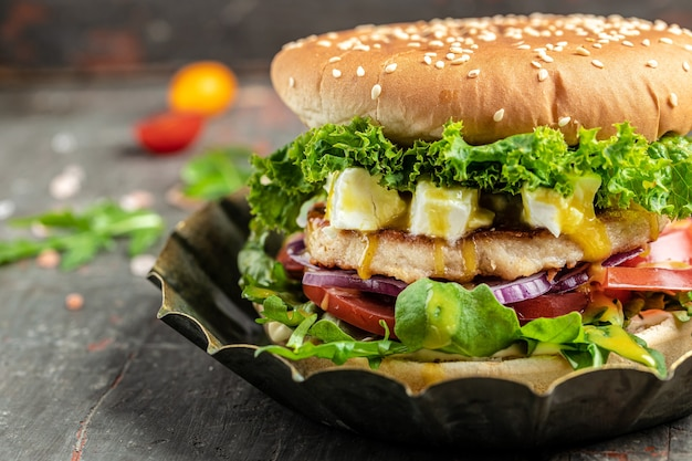 ビーフチキンとフェタチーズを使った自家製ハンバーガー、アメリカ料理。ファーストフード、バナー、メニュー、テキストのレシピの場所、
