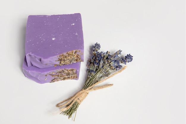 Домашнее мыло ручной работы. связка лаванды. малый бизнес, органические продукты, натуральные ингредиенты. вид сверху.