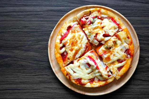 나무 접시에 홈메이드 하와이안 피자 모짜렐라 치즈