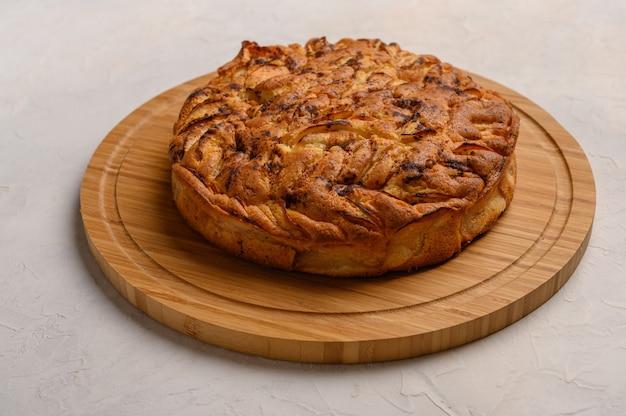 白い背景に自家製の健康的な伝統的なコーンウォール アップルパイ