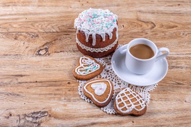커피 한잔과 함께 만든 하트 모양의 쿠키