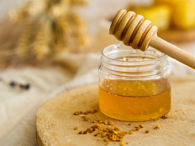 Miele fatto in casa nella vista frontale del barattolo