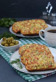 プレートにチーズとソーセージ、市松模様のテーブルクロスにオリーブとコーヒーのカップ、垂直形式、クローズアップの自家製ホットサンドイッチ