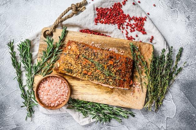 Домашнее филе лосося горячего копчения на разделочной доске