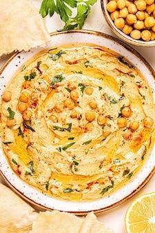 自家製フムス、ひよこ豆のディップ、スパイス添え。上面図。