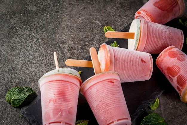 自家製アイスクリームアイスキャンディー。冷凍ドリンク。スイカまたはベリー、ミント、ライムの冷凍カクテル。