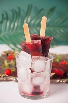 Домашнее мороженое фруктовое мороженое из свежих органических ягод.