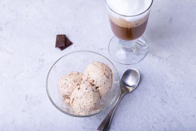 그릇에 초콜릿 칩과 함께 만든 아이스크림