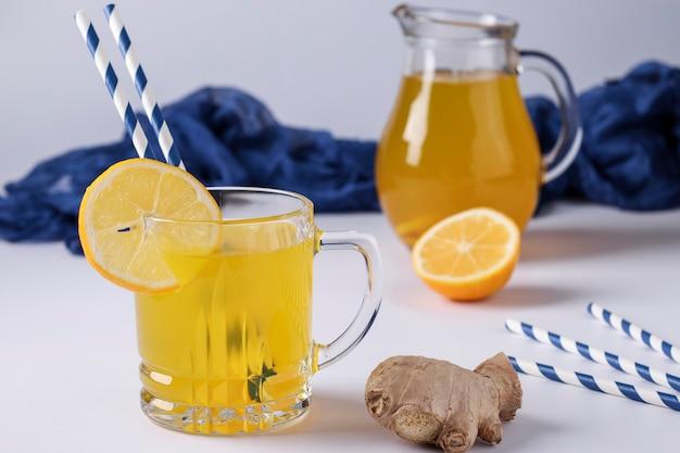 흰색 표면에 레몬, 생강, 꿀, 심황으로 만든 상쾌한 음료