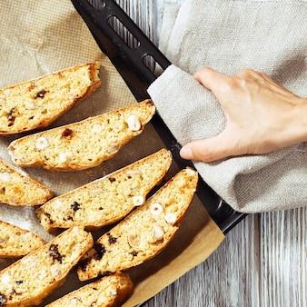 오븐에서 구운 수제 이탈리아 비스코티 쿠키